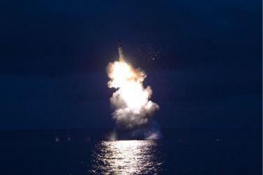160825 - 조선의 오늘 - KIM JONG UN - Marschall KIM JONG UN leitete das Unterwassertestschießen der ballistischen Rakete vom strategischen U-Boot - 11 - 주체조선의 핵공격능력의 일대 과시 경애하는 김정은동지의 지도밑에 전략잠수함 탄도탄수중시험발사가 성공적으로 진행되였다