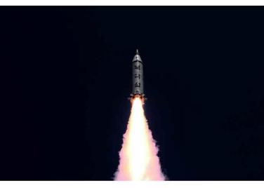 160825 - RS - KIM JONG UN - Marschall KIM JONG UN leitete das Unterwassertestschießen der ballistischen Rakete vom strategischen U-Boot - 01 - 주체조선의 핵공격능력의 일대 과시 경애하는 김정은동지의 지도밑에 전략잠수함 탄도탄수중시험발사가 성공적으로 진행되였다