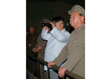 160825 - RS - KIM JONG UN - Marschall KIM JONG UN leitete das Unterwassertestschießen der ballistischen Rakete vom strategischen U-Boot - 03 - 주체조선의 핵공격능력의 일대 과시 경애하는 김정은동지의 지도밑에 전략잠수함 탄도탄수중시험발사가 성공적으로 진행되였다