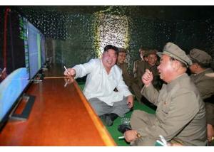 160825 - RS - KIM JONG UN - Marschall KIM JONG UN leitete das Unterwassertestschießen der ballistischen Rakete vom strategischen U-Boot - 07 - 주체조선의 핵공격능력의 일대 과시 경애하는 김정은동지의 지도밑에 전략잠수함 탄도탄수중시험발사가 성공적으로 진행되였다