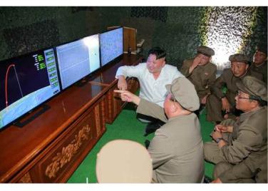 160825 - RS - KIM JONG UN - Marschall KIM JONG UN leitete das Unterwassertestschießen der ballistischen Rakete vom strategischen U-Boot - 08 - 주체조선의 핵공격능력의 일대 과시 경애하는 김정은동지의 지도밑에 전략잠수함 탄도탄수중시험발사가 성공적으로 진행되였다
