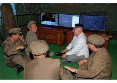 160825 - RS - KIM JONG UN - Marschall KIM JONG UN leitete das Unterwassertestschießen der ballistischen Rakete vom strategischen U-Boot - 09 - 주체조선의 핵공격능력의 일대 과시 경애하는 김정은동지의 지도밑에 전략잠수함 탄도탄수중시험발사가 성공적으로 진행되였다