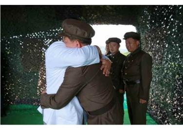 160825 - RS - KIM JONG UN - Marschall KIM JONG UN leitete das Unterwassertestschießen der ballistischen Rakete vom strategischen U-Boot - 10 - 주체조선의 핵공격능력의 일대 과시 경애하는 김정은동지의 지도밑에 전략잠수함 탄도탄수중시험발사가 성공적으로 진행되였다