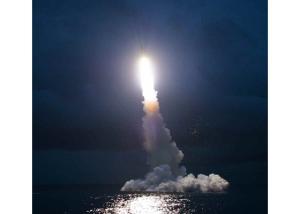 160825 - RS - KIM JONG UN - Marschall KIM JONG UN leitete das Unterwassertestschießen der ballistischen Rakete vom strategischen U-Boot - 11 - 주체조선의 핵공격능력의 일대 과시 경애하는 김정은동지의 지도밑에 전략잠수함 탄도탄수중시험발사가 성공적으로 진행되였다