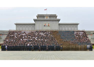 160831 - RS - KIM JONG UN - Genosse KIM JONG UN ließ sich mit den Teilnehmern des Kongresses des Jugendverbandes zur Erinnerung fotografieren - 01 - 경애하는 김정은동지께서 김일성사회주의청년동맹 제9차대회 참가자들과 함께 기념사진을 찍으시였다