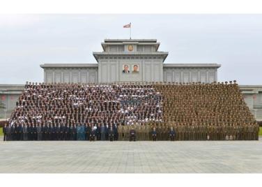 160831 - RS - KIM JONG UN - Genosse KIM JONG UN ließ sich mit den Teilnehmern des Kongresses des Jugendverbandes zur Erinnerung fotografieren - 03 - 경애하는 김정은동지께서 김일성사회주의청년동맹 제9차대회 참가자들과 함께 기념사진을 찍으시였다