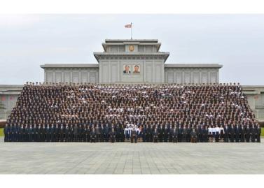 160831 - RS - KIM JONG UN - Genosse KIM JONG UN ließ sich mit den Teilnehmern des Kongresses des Jugendverbandes zur Erinnerung fotografieren - 04 - 경애하는 김정은동지께서 김일성사회주의청년동맹 제9차대회 참가자들과 함께 기념사진을 찍으시였다