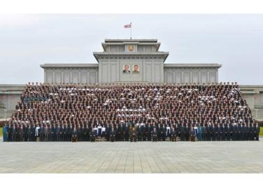 160831 - RS - KIM JONG UN - Genosse KIM JONG UN ließ sich mit den Teilnehmern des Kongresses des Jugendverbandes zur Erinnerung fotografieren - 05 - 경애하는 김정은동지께서 김일성사회주의청년동맹 제9차대회 참가자들과 함께 기념사진을 찍으시였다