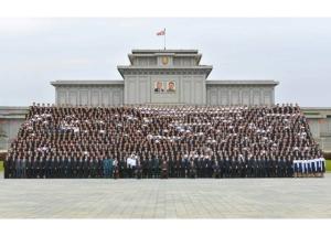 160831 - RS - KIM JONG UN - Genosse KIM JONG UN ließ sich mit den Teilnehmern des Kongresses des Jugendverbandes zur Erinnerung fotografieren - 06 - 경애하는 김정은동지께서 김일성사회주의청년동맹 제9차대회 참가자들과 함께 기념사진을 찍으시였다