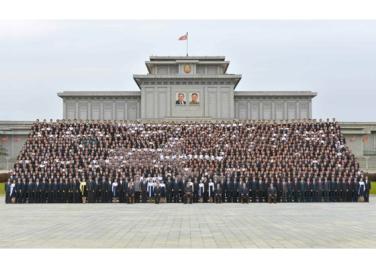 160831 - RS - KIM JONG UN - Genosse KIM JONG UN ließ sich mit den Teilnehmern des Kongresses des Jugendverbandes zur Erinnerung fotografieren - 07 - 경애하는 김정은동지께서 김일성사회주의청년동맹 제9차대회 참가자들과 함께 기념사진을 찍으시였다