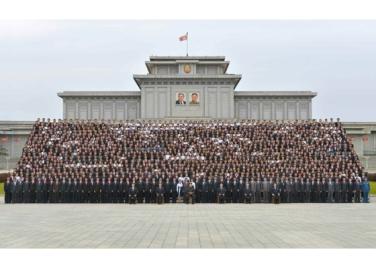 160831 - RS - KIM JONG UN - Genosse KIM JONG UN ließ sich mit den Teilnehmern des Kongresses des Jugendverbandes zur Erinnerung fotografieren - 08 - 경애하는 김정은동지께서 김일성사회주의청년동맹 제9차대회 참가자들과 함께 기념사진을 찍으시였다