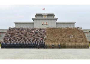 160831 - RS - KIM JONG UN - Genosse KIM JONG UN ließ sich mit den Teilnehmern des Kongresses des Jugendverbandes zur Erinnerung fotografieren - 09 - 경애하는 김정은동지께서 김일성사회주의청년동맹 제9차대회 참가자들과 함께 기념사진을 찍으시였다