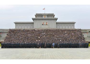 160831 - RS - KIM JONG UN - Genosse KIM JONG UN ließ sich mit den Teilnehmern des Kongresses des Jugendverbandes zur Erinnerung fotografieren - 10 - 경애하는 김정은동지께서 김일성사회주의청년동맹 제9차대회 참가자들과 함께 기념사진을 찍으시였다