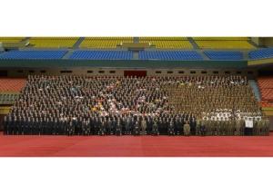 160901 - RS - KIM JONG UN - Marschall KIM JONG UN ließ sich mit Entwicklern der Raketenunterwasserschießtechnik fotografieren - 01 - 경애하는 김정은동지께서 전략잠수함 탄도탄수중시험발사성공에 기여한 성원들과 함께 기념사진을 찍으시였다