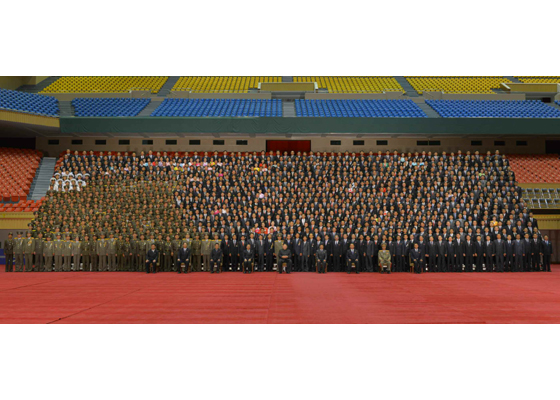 160901 - RS - KIM JONG UN - Marschall KIM JONG UN ließ sich mit Entwicklern der Raketenunterwasserschießtechnik fotografieren - 02 - 경애하는 김정은동지께서 전략잠수함 탄도탄수중시험발사성공에 기여한 성원들과 함께 기념사진을 찍으시였다