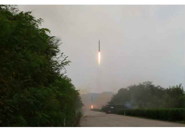 160906-rs-kim-jong-un-marschall-kim-jong-un-leitete-eine-raketenschiessuebung-der-strategischen-streitkraefte-der-kva-01-%ea%b2%bd%ec%95%a0%ed%95%98%eb%8a%94-%ea%b9%80%ec%a0%95%ec%9d%80