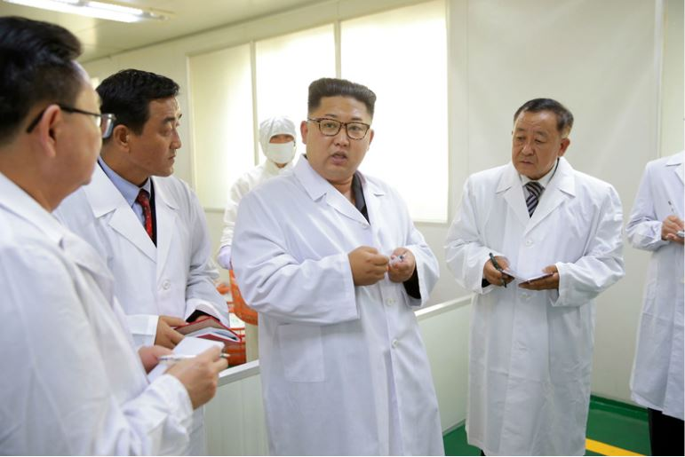 160924-%ec%a1%b0%ec%84%a0%ec%9d%98-%ec%98%a4%eb%8a%98-kim-jong-un-genosse-kim-jong-un-besuchte-die-injektionsspritzenfabrik-taedonggang-01-%ea%b2%bd%ec%95%a0%ed%95%98%eb%8a%94-%ea%b9%80