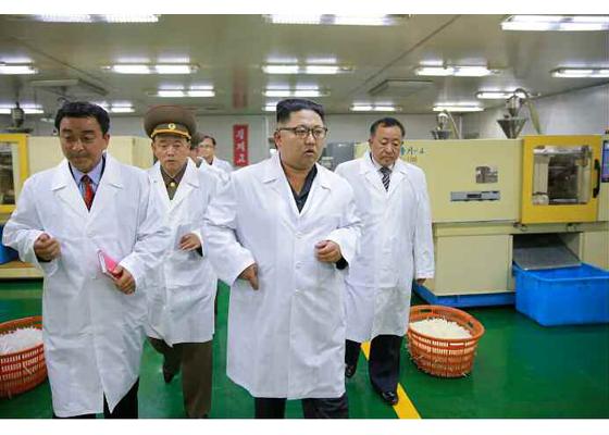 160924-rs-kim-jong-un-genosse-kim-jong-un-besuchte-die-injektionsspritzenfabrik-taedonggang-%ea%b2%bd%ec%95%a0%ed%95%98%eb%8a%94-%ea%b9%80%ec%a0%95%ec%9d%80%eb%8f%99%ec%a7%80%ea%bb%98%ec%84%9c