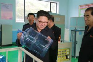 160930-%ec%a1%b0%ec%84%a0%ec%9d%98-%ec%98%a4%eb%8a%98-kim-jong-un-genosse-kim-jong-un-besuchte-die-quellwasserfabrik-ryongaksan-02-%ea%b2%bd%ec%95%a0%ed%95%98%eb%8a%94-%ea%b9%80%ec%a0%95