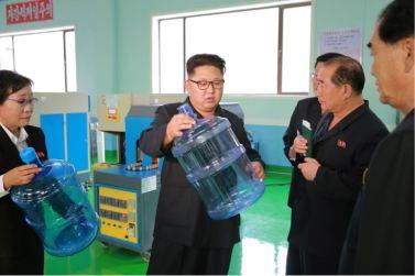 160930-%ec%a1%b0%ec%84%a0%ec%9d%98-%ec%98%a4%eb%8a%98-kim-jong-un-genosse-kim-jong-un-besuchte-die-quellwasserfabrik-ryongaksan-03-%ea%b2%bd%ec%95%a0%ed%95%98%eb%8a%94-%ea%b9%80%ec%a0%95