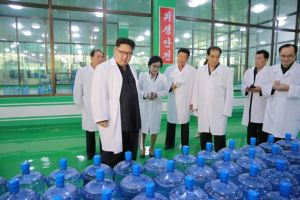 160930-%ec%a1%b0%ec%84%a0%ec%9d%98-%ec%98%a4%eb%8a%98-kim-jong-un-genosse-kim-jong-un-besuchte-die-quellwasserfabrik-ryongaksan-05-%ea%b2%bd%ec%95%a0%ed%95%98%eb%8a%94-%ea%b9%80%ec%a0%95