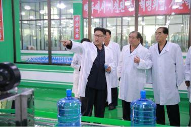 160930-%ec%a1%b0%ec%84%a0%ec%9d%98-%ec%98%a4%eb%8a%98-kim-jong-un-genosse-kim-jong-un-besuchte-die-quellwasserfabrik-ryongaksan-06-%ea%b2%bd%ec%95%a0%ed%95%98%eb%8a%94-%ea%b9%80%ec%a0%95