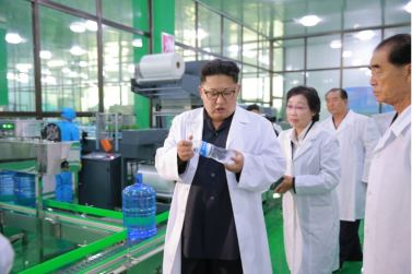 160930-%ec%a1%b0%ec%84%a0%ec%9d%98-%ec%98%a4%eb%8a%98-kim-jong-un-genosse-kim-jong-un-besuchte-die-quellwasserfabrik-ryongaksan-07-%ea%b2%bd%ec%95%a0%ed%95%98%eb%8a%94-%ea%b9%80%ec%a0%95