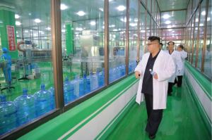 160930-%ec%a1%b0%ec%84%a0%ec%9d%98-%ec%98%a4%eb%8a%98-kim-jong-un-genosse-kim-jong-un-besuchte-die-quellwasserfabrik-ryongaksan-08-%ea%b2%bd%ec%95%a0%ed%95%98%eb%8a%94-%ea%b9%80%ec%a0%95