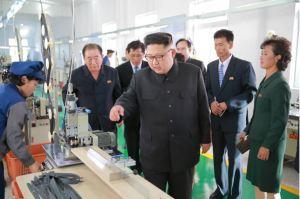 161007-%ec%a1%b0%ec%84%a0%ec%9d%98-%ec%98%a4%eb%8a%98-kim-jong-un-genosse-kim-jong-un-besichtigte-die-souvenirfabrik-der-historischen-revolutionaeren-gedenkstaette-mangyongdae-01-%ea%b2%bd