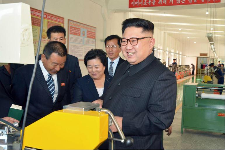 161007-%ec%a1%b0%ec%84%a0%ec%9d%98-%ec%98%a4%eb%8a%98-kim-jong-un-genosse-kim-jong-un-besichtigte-die-souvenirfabrik-der-historischen-revolutionaeren-gedenkstaette-mangyongdae-04-%ea%b2%bd