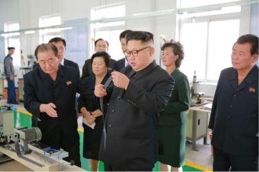 161007-%ec%a1%b0%ec%84%a0%ec%9d%98-%ec%98%a4%eb%8a%98-kim-jong-un-genosse-kim-jong-un-besichtigte-die-souvenirfabrik-der-historischen-revolutionaeren-gedenkstaette-mangyongdae-06-%ea%b2%bd
