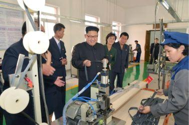 161007-%ec%a1%b0%ec%84%a0%ec%9d%98-%ec%98%a4%eb%8a%98-kim-jong-un-genosse-kim-jong-un-besichtigte-die-souvenirfabrik-der-historischen-revolutionaeren-gedenkstaette-mangyongdae-07-%ea%b2%bd