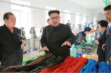 161007-%ec%a1%b0%ec%84%a0%ec%9d%98-%ec%98%a4%eb%8a%98-kim-jong-un-genosse-kim-jong-un-besichtigte-die-souvenirfabrik-der-historischen-revolutionaeren-gedenkstaette-mangyongdae-09-%ea%b2%bd