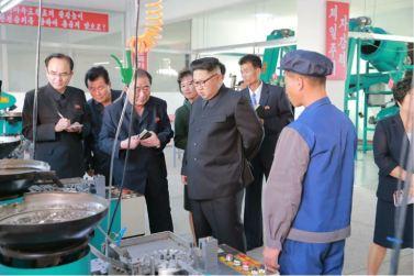 161007-%ec%a1%b0%ec%84%a0%ec%9d%98-%ec%98%a4%eb%8a%98-kim-jong-un-genosse-kim-jong-un-besichtigte-die-souvenirfabrik-der-historischen-revolutionaeren-gedenkstaette-mangyongdae-11-%ea%b2%bd