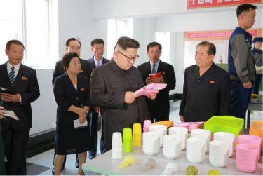 161007-%ec%a1%b0%ec%84%a0%ec%9d%98-%ec%98%a4%eb%8a%98-kim-jong-un-genosse-kim-jong-un-besichtigte-die-souvenirfabrik-der-historischen-revolutionaeren-gedenkstaette-mangyongdae-12-%ea%b2%bd