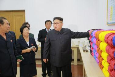 161007-%ec%a1%b0%ec%84%a0%ec%9d%98-%ec%98%a4%eb%8a%98-kim-jong-un-genosse-kim-jong-un-besichtigte-die-souvenirfabrik-der-historischen-revolutionaeren-gedenkstaette-mangyongdae-13-%ea%b2%bd