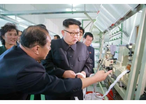 161007-rs-kim-jong-un-genosse-kim-jong-un-besichtigte-die-souvenirfabrik-der-historischen-revolutionaeren-gedenkstaette-mangyongdae-01-%ea%b2%bd%ec%95%a0%ed%95%98%eb%8a%94-%ea%b9%80%ec%a0%95