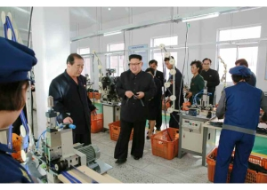 161007-rs-kim-jong-un-genosse-kim-jong-un-besichtigte-die-souvenirfabrik-der-historischen-revolutionaeren-gedenkstaette-mangyongdae-03-%ea%b2%bd%ec%95%a0%ed%95%98%eb%8a%94-%ea%b9%80%ec%a0%95