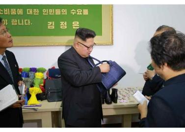 161007-rs-kim-jong-un-genosse-kim-jong-un-besichtigte-die-souvenirfabrik-der-historischen-revolutionaeren-gedenkstaette-mangyongdae-04-%ea%b2%bd%ec%95%a0%ed%95%98%eb%8a%94-%ea%b9%80%ec%a0%95