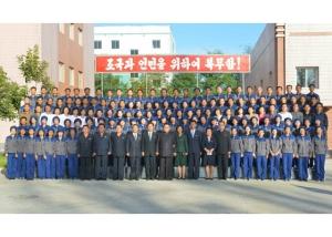 161007-rs-kim-jong-un-genosse-kim-jong-un-besichtigte-die-souvenirfabrik-der-historischen-revolutionaeren-gedenkstaette-mangyongdae-06-%ea%b2%bd%ec%95%a0%ed%95%98%eb%8a%94-%ea%b9%80%ec%a0%95