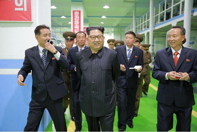 161029-sk-kim-jong-un-genosse-kim-jong-un-besichtigte-die-neu-errichtete-seifenfabrik-ryongaksan-01-%ea%b2%bd%ec%95%a0%ed%95%98%eb%8a%94-%ea%b9%80%ec%a0%95%ec%9d%80%eb%8f%99%ec%a7%80