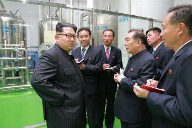 161029-sk-kim-jong-un-genosse-kim-jong-un-besichtigte-die-neu-errichtete-seifenfabrik-ryongaksan-03-%ea%b2%bd%ec%95%a0%ed%95%98%eb%8a%94-%ea%b9%80%ec%a0%95%ec%9d%80%eb%8f%99%ec%a7%80