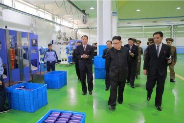 161029-sk-kim-jong-un-genosse-kim-jong-un-besichtigte-die-neu-errichtete-seifenfabrik-ryongaksan-08-%ea%b2%bd%ec%95%a0%ed%95%98%eb%8a%94-%ea%b9%80%ec%a0%95%ec%9d%80%eb%8f%99%ec%a7%80