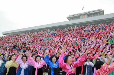 161122-%ec%a1%b0%ec%84%a0%ec%9d%98-%ec%98%a4%eb%8a%98-kim-jong-un-genosse-kim-jong-un-liess-sich-zusammen-mit-den-teilnehmerinnen-des-6-kongresses-des-frauenbundes-fotografieren-05