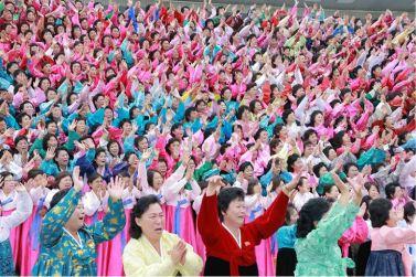 161122-%ec%a1%b0%ec%84%a0%ec%9d%98-%ec%98%a4%eb%8a%98-kim-jong-un-genosse-kim-jong-un-liess-sich-zusammen-mit-den-teilnehmerinnen-des-6-kongresses-des-frauenbundes-fotografieren-06