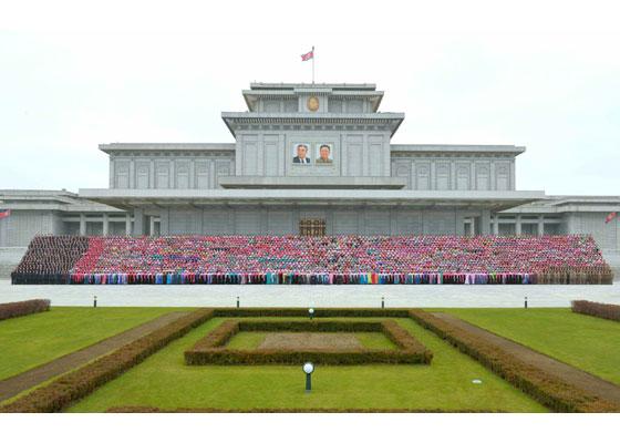 161122-rs-kim-jong-un-genosse-kim-jong-un-liess-sich-zusammen-mit-den-teilnehmerinnen-des-6-kongresses-des-frauenbundes-fotografieren-%ea%b2%bd%ec%95%a0%ed%95%98%eb%8a%94-%ea%b9%80%ec%a0%95