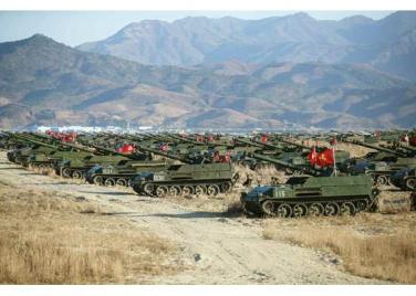 161202-rs-kim-jong-un-marschall-kim-jong-un-begutachtete-eine-grosse-kanonenfeueruebung-der-koreanischen-volksarmee-06-%ea%b2%bd%ec%95%a0%ed%95%98%eb%8a%94-%ea%b9%80%ec%a0%95%ec%9d%80
