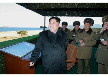 161202-rs-kim-jong-un-marschall-kim-jong-un-begutachtete-eine-grosse-kanonenfeueruebung-der-koreanischen-volksarmee-10-%ea%b2%bd%ec%95%a0%ed%95%98%eb%8a%94-%ea%b9%80%ec%a0%95%ec%9d%80