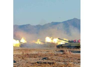 161202-rs-kim-jong-un-marschall-kim-jong-un-begutachtete-eine-grosse-kanonenfeueruebung-der-koreanischen-volksarmee-11-%ea%b2%bd%ec%95%a0%ed%95%98%eb%8a%94-%ea%b9%80%ec%a0%95%ec%9d%80