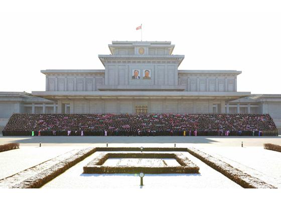 161211-rs-kim-jong-un-genosse-kim-jong-un-liess-sich-mit-den-teilnehmern-am-viii-kongress-des-verbandes-der-werktaetigen-der-landwirtschaft-koreas-fotografieren-%ea%b2%bd%ec%95%a0%ed%95%98